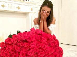 Девушка получила много цветов - большой букет роз